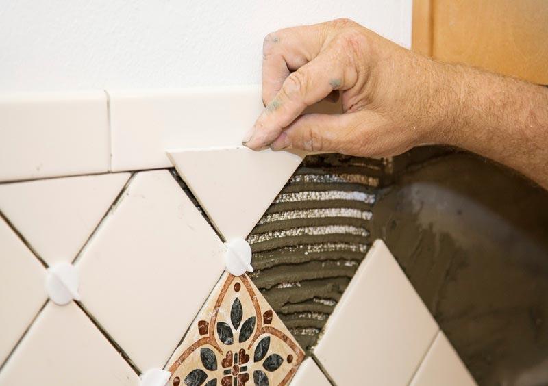 Как положить плитку-фартук на кухне