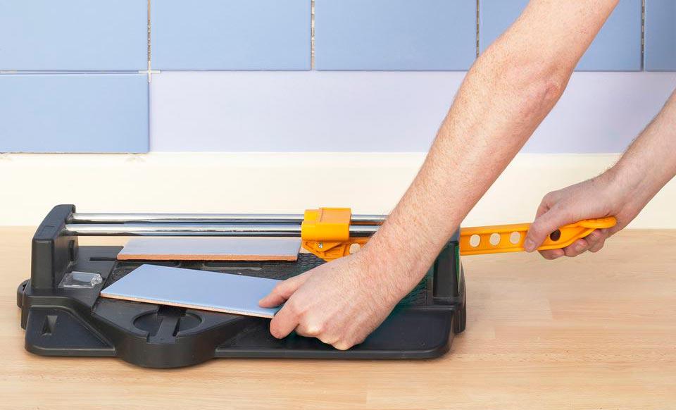 Как резать плитку ручным плиткорезом 2