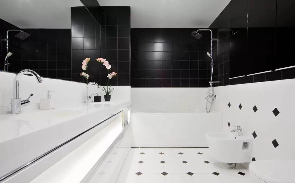 Классическое сочетание белой и черной плиток в ванной 2
