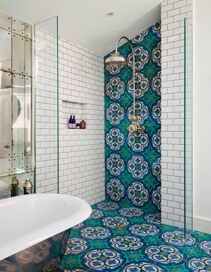 Классическое сочетание белой и разноцветной плиток в ванной