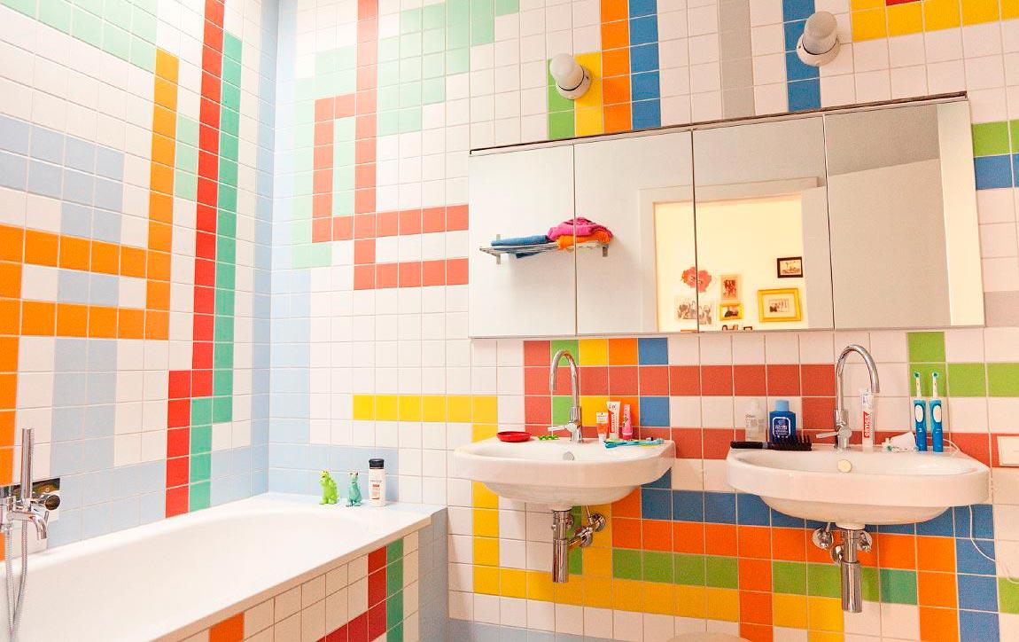 Классическое сочетание белой и яркой плиток в ванной