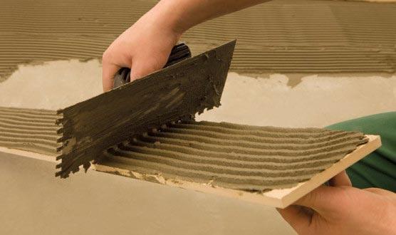 нанесение клея на пол и плитку