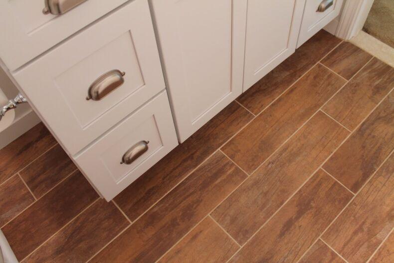 Правила выбора и укладки плитки под дерево в ванной