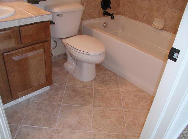 плитка в маленькой ванной комнате по диагонали