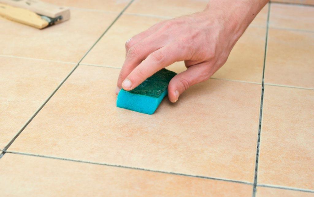 Подготавливаем поверхности плиток перед покраской