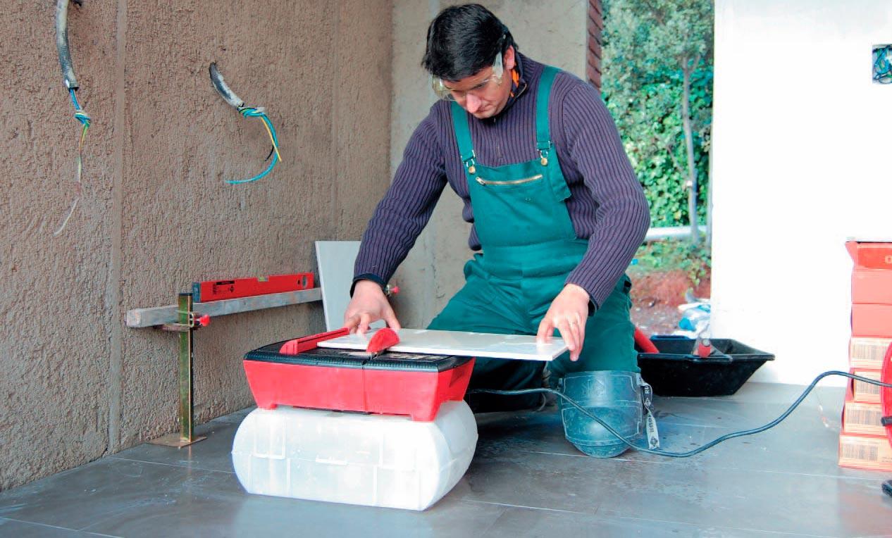 Правила безопасности при резке с ручным плиткорезом