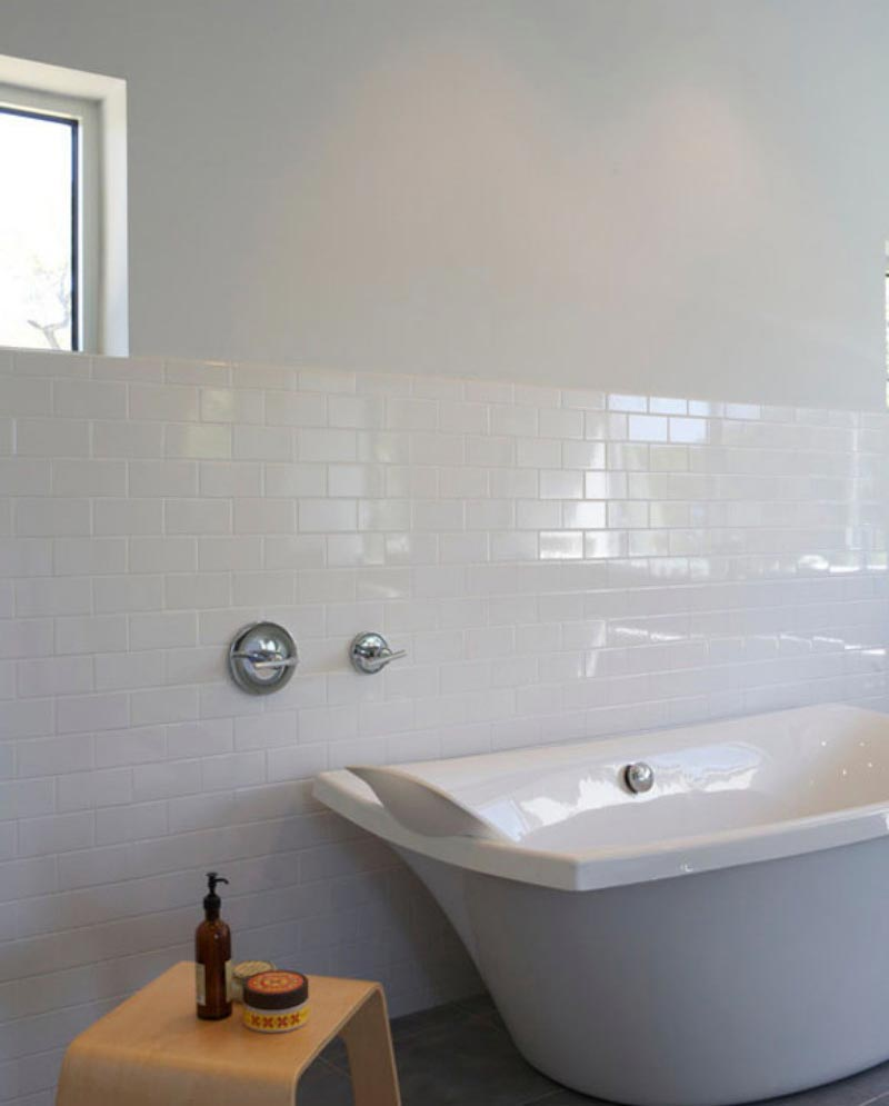 Преимущества и недостатки белой плитки в ванной 3