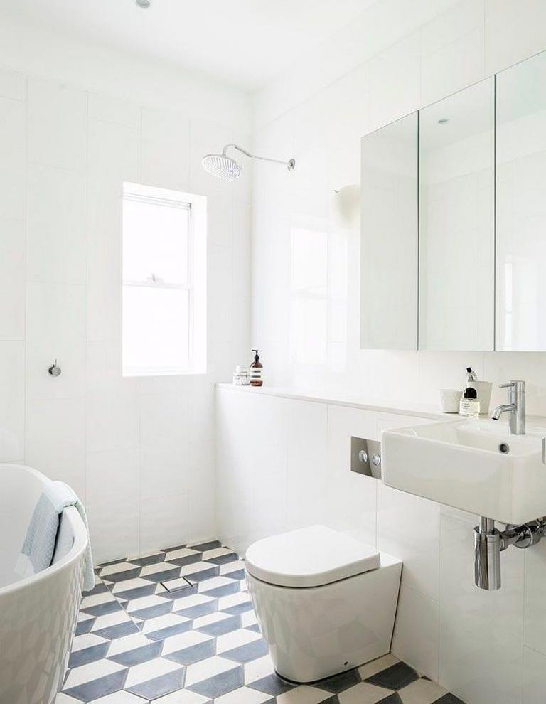 Преимущества и недостатки белой плитки в ванной