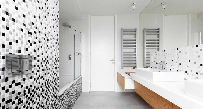 Размеры и формы белой плитки для ванны 3