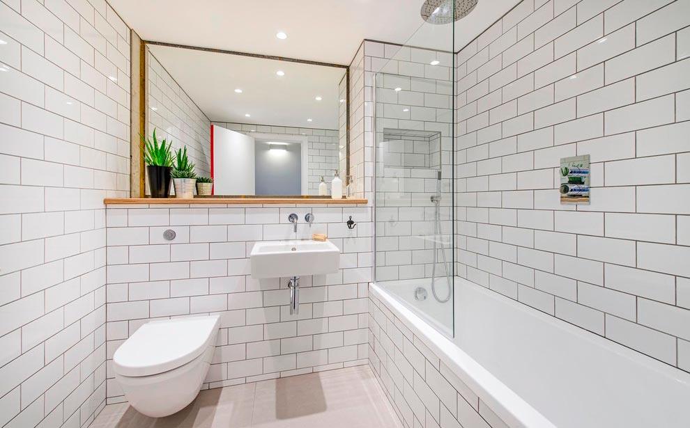 Размеры и формы белой плитки для ванны 5