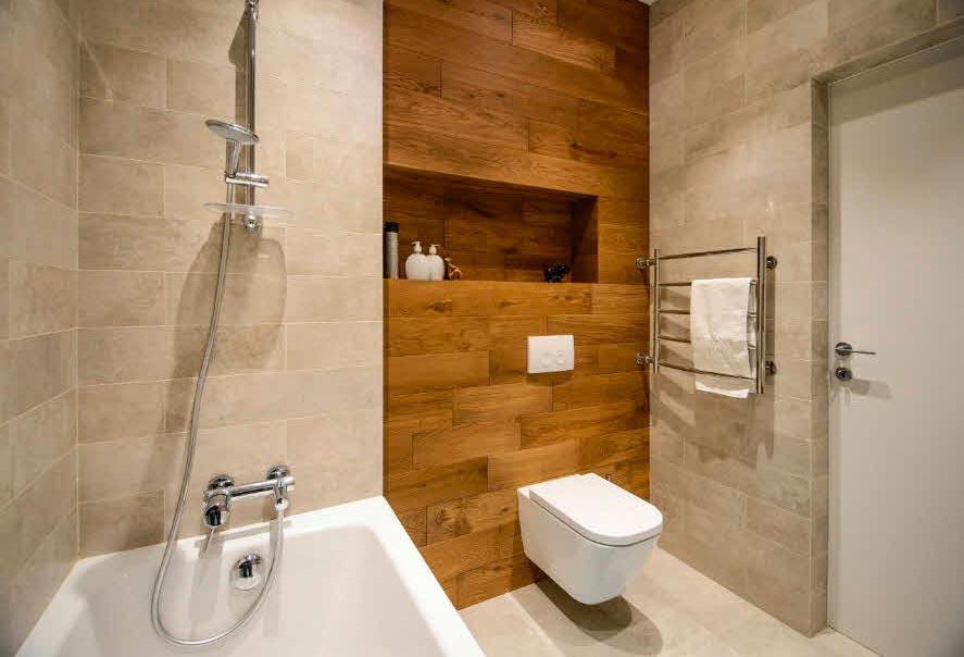 Сочетание дерева и белого мрамора в ванной 3