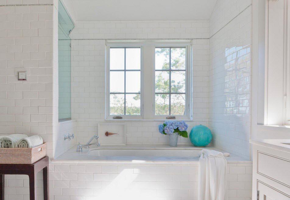 Текстурированная белая плитка в ванной