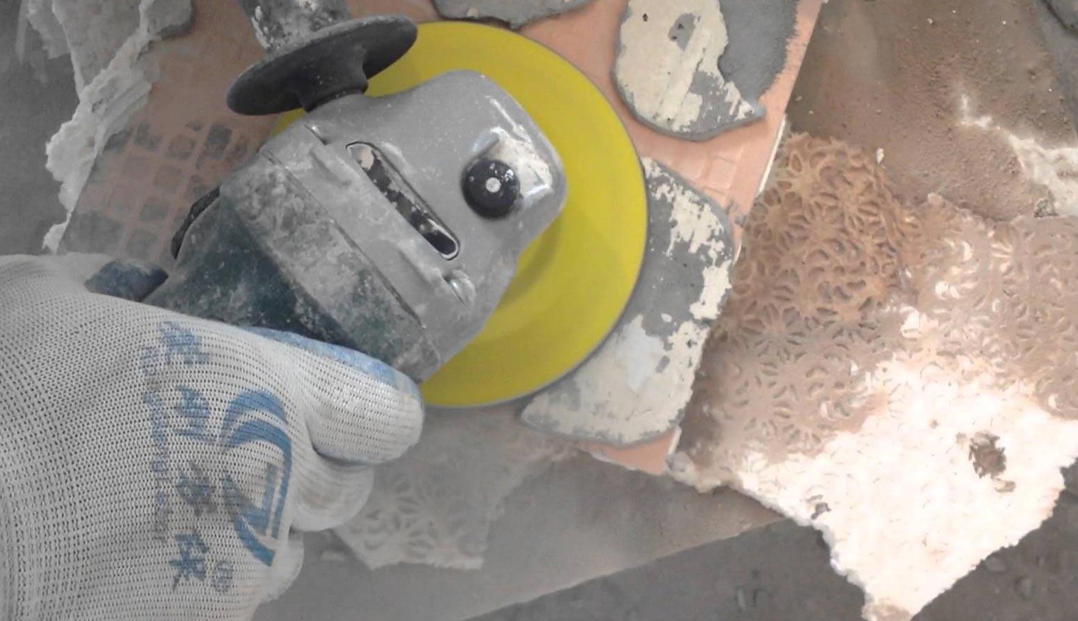 очистка плитки от клея с обратной стороны плитки