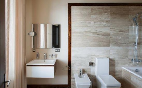 ванная из плитки под дерево-италия