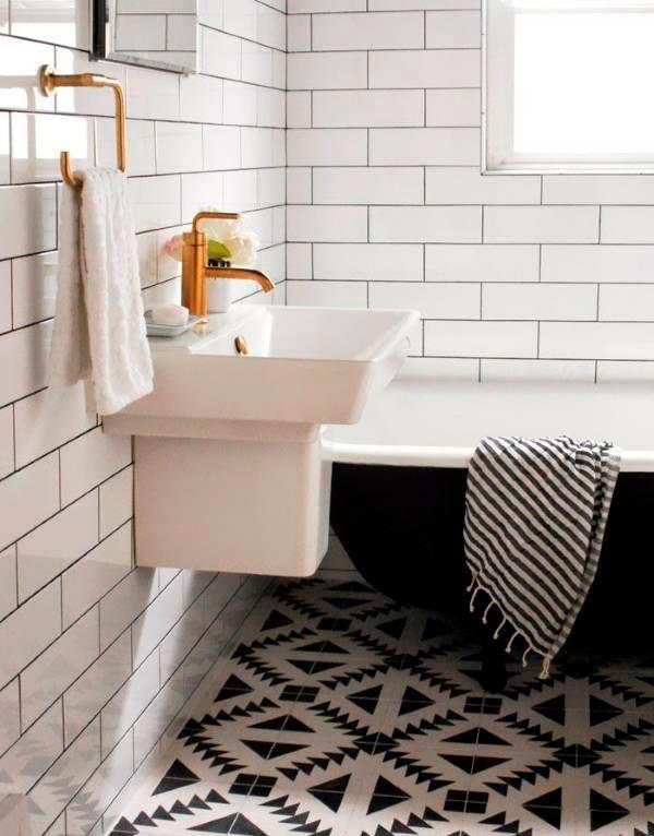 Варианты дизайна черно-белой ванны 60