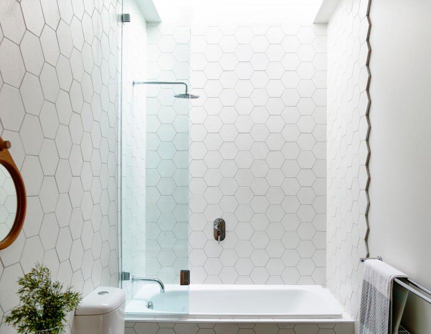Варианты дизайна ванны с белой плиткой 12