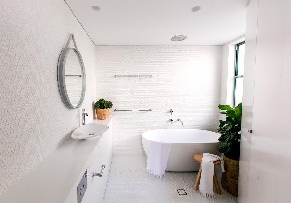 Варианты дизайна ванны с белой плиткой 19