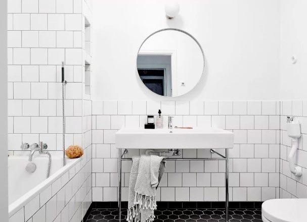Варианты дизайна ванны с белой плиткой 23