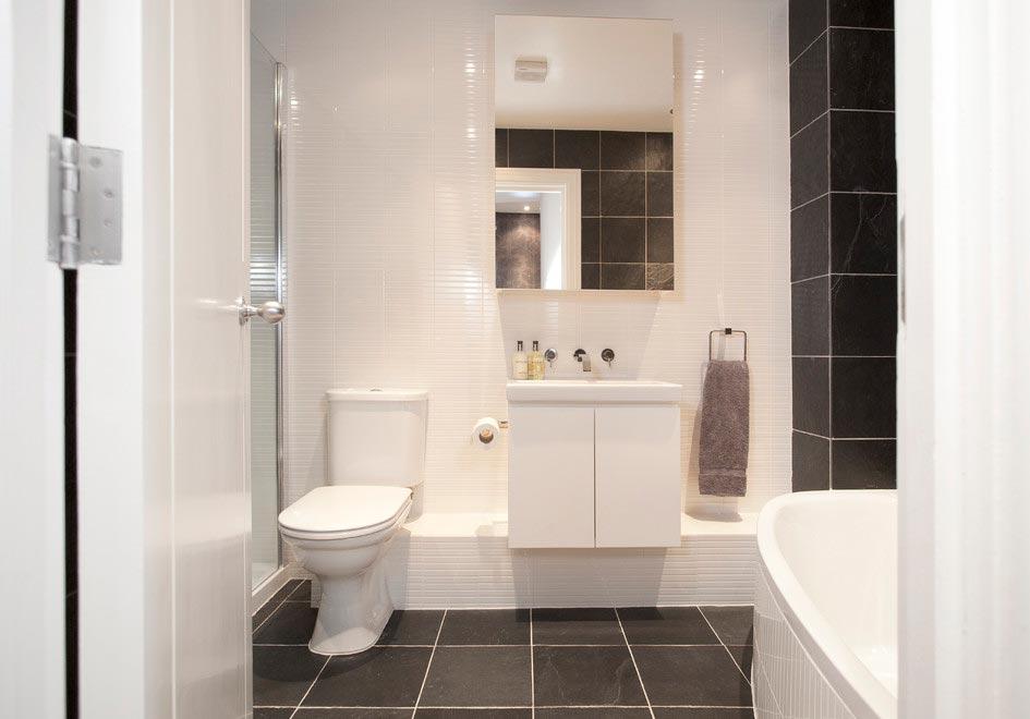 Варианты дизайна ванны с белой плиткой 25