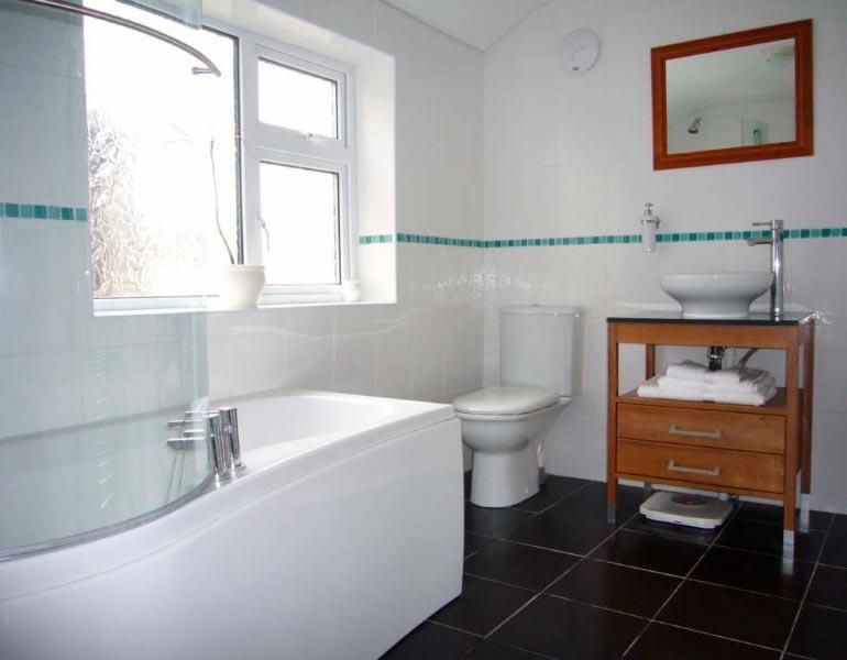 Варианты дизайна ванны с белой плиткой 26