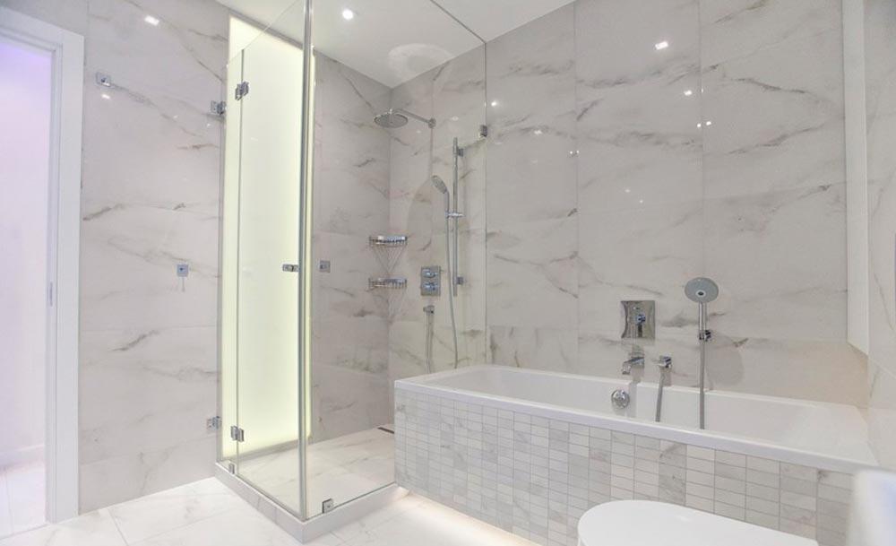 Варианты дизайна ванны с белой плиткой 29