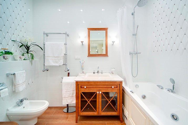 Варианты дизайна ванны с белой плиткой 33