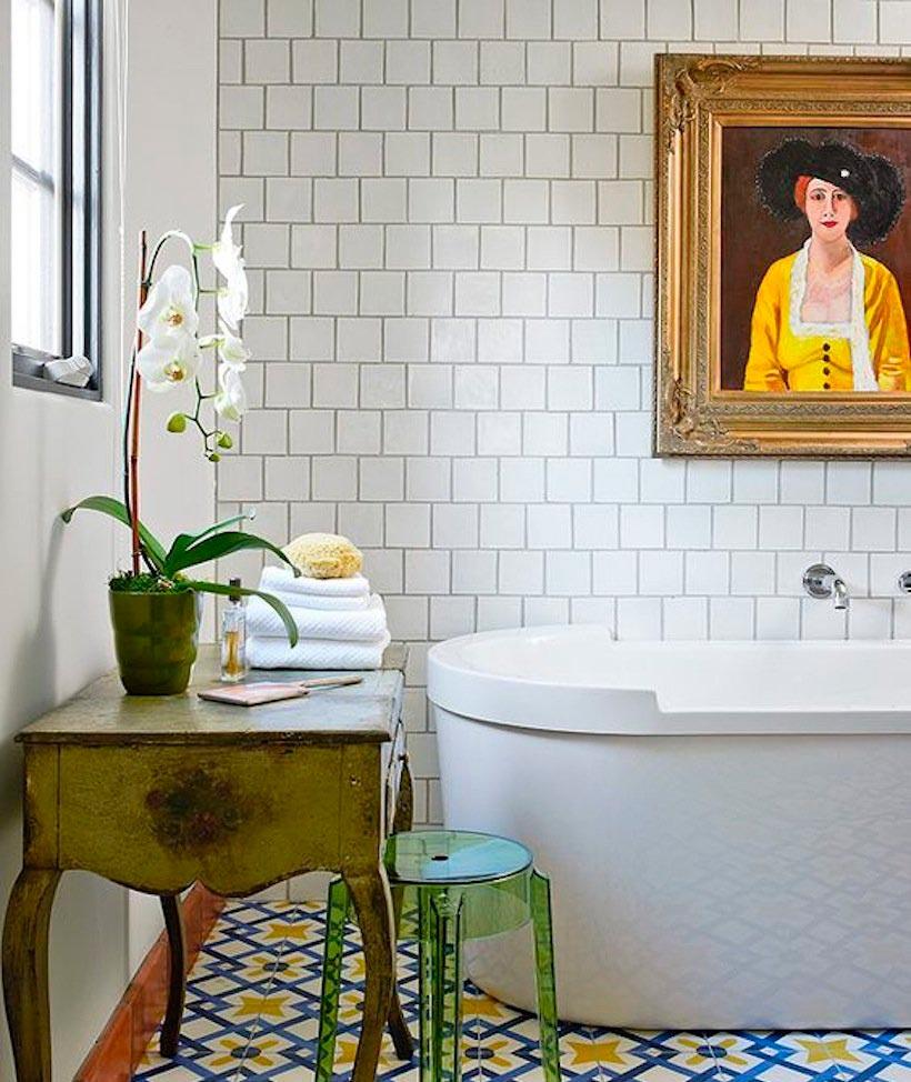 Варианты дизайна ванны с белой плиткой 4