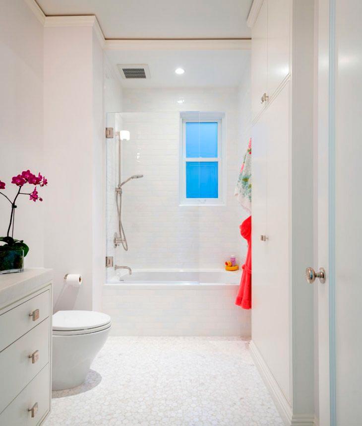 Варианты дизайна ванны с белой плиткой 5