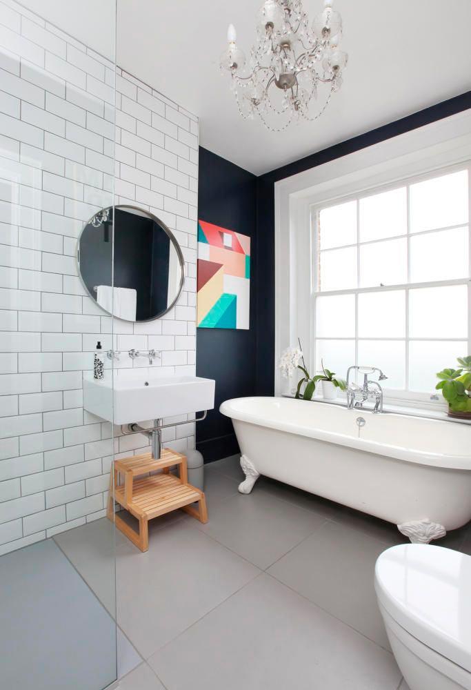 Варианты дизайна ванны с белой плиткой 9