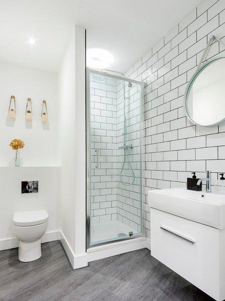 Варианты дизайна ванны с белой плиткой