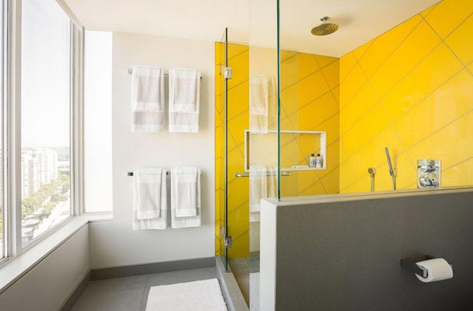 желтая ванная в современном стиле-дизайн