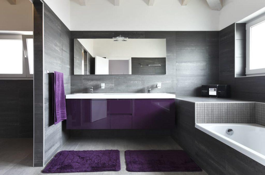 Мебель и аксессуары в ванную с серой плиткой