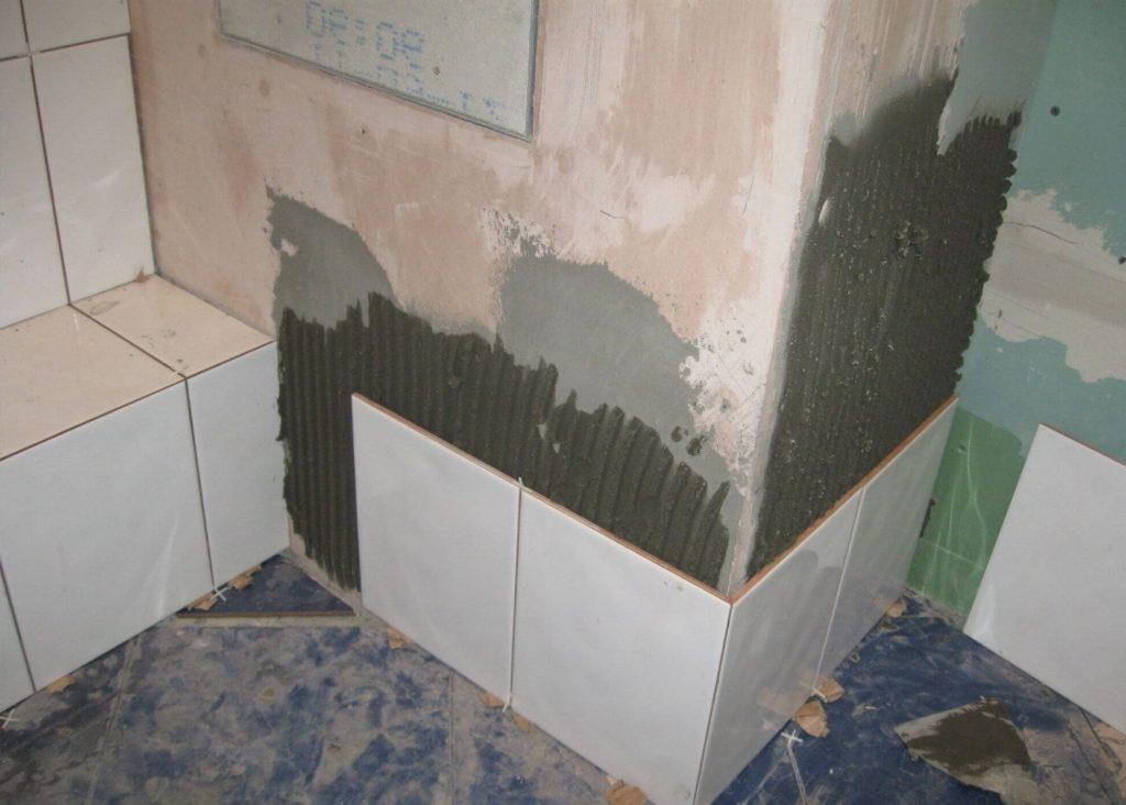 Очистка стены от грязи и обработка грунтовкой глубокого проникновения