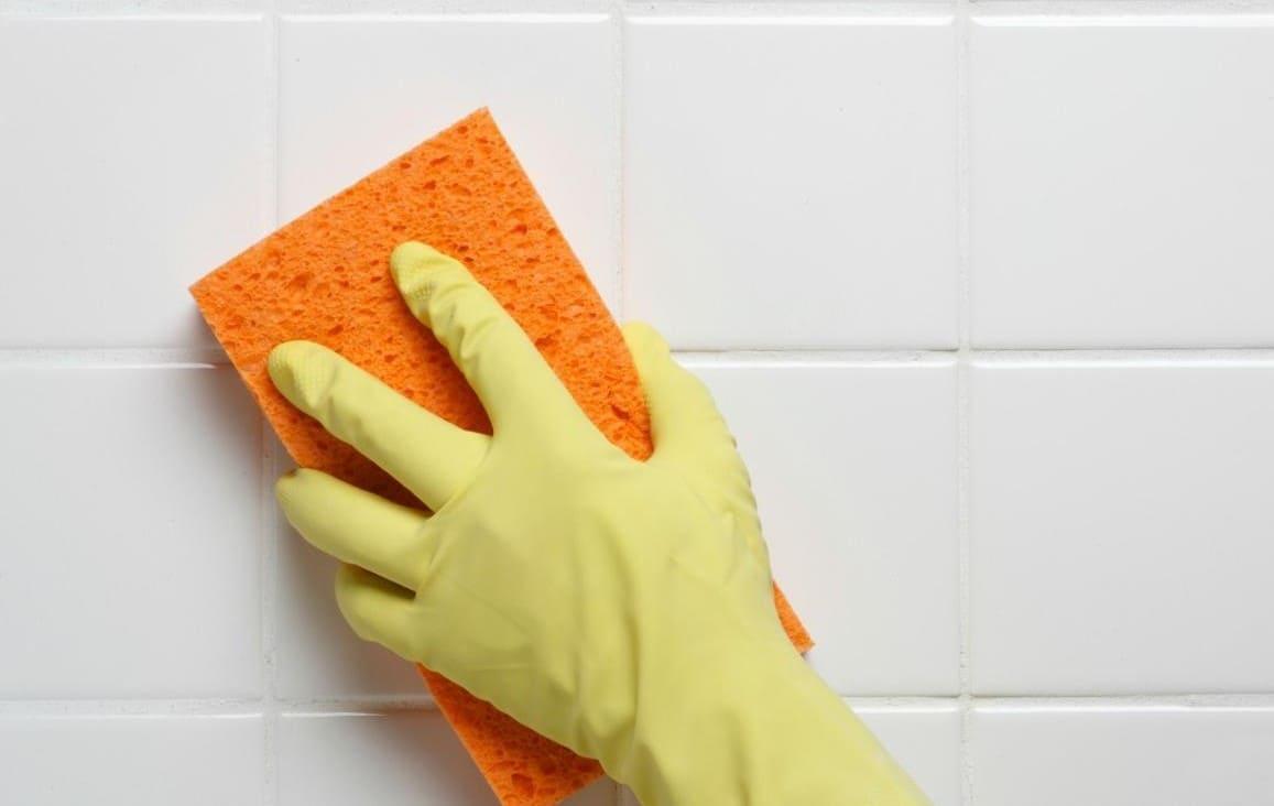 Сделать это можно, используя влажную мягкую губку