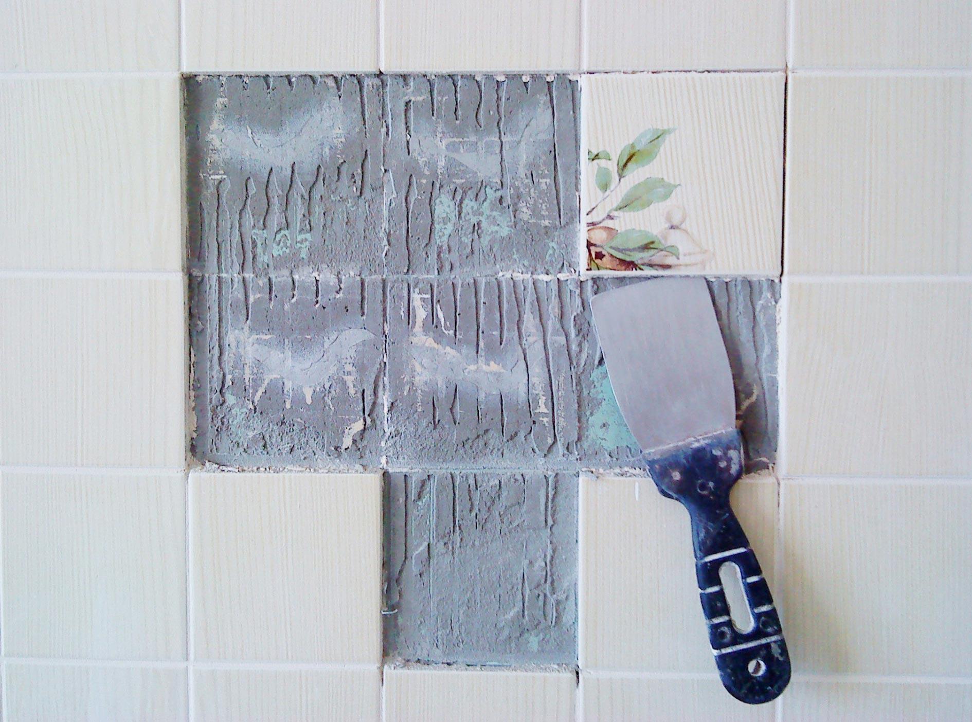 чем лучше приклеить плитку в ванной, если она отвалилась-советы