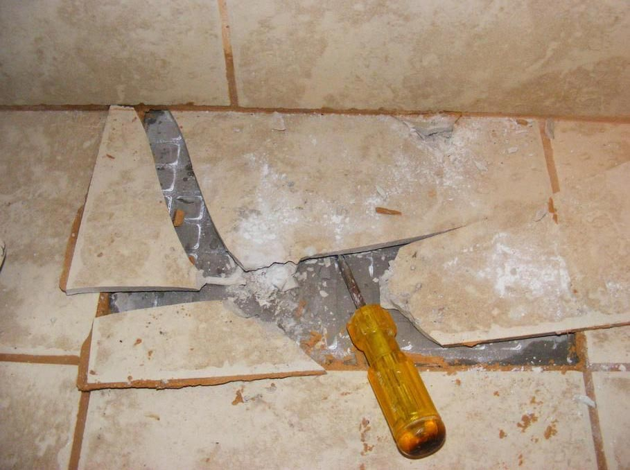 чем лучше приклеить плитку в ванной, если она растрескалась