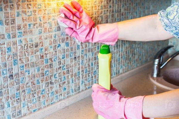 чистка кафеля от грязи на кухне