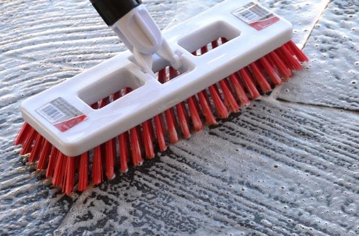 чистка межплиточных швов на полу с помощью бытовой химии