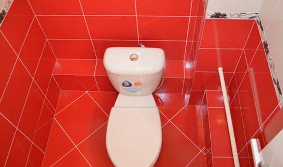 цветная плитка на полу в туалете