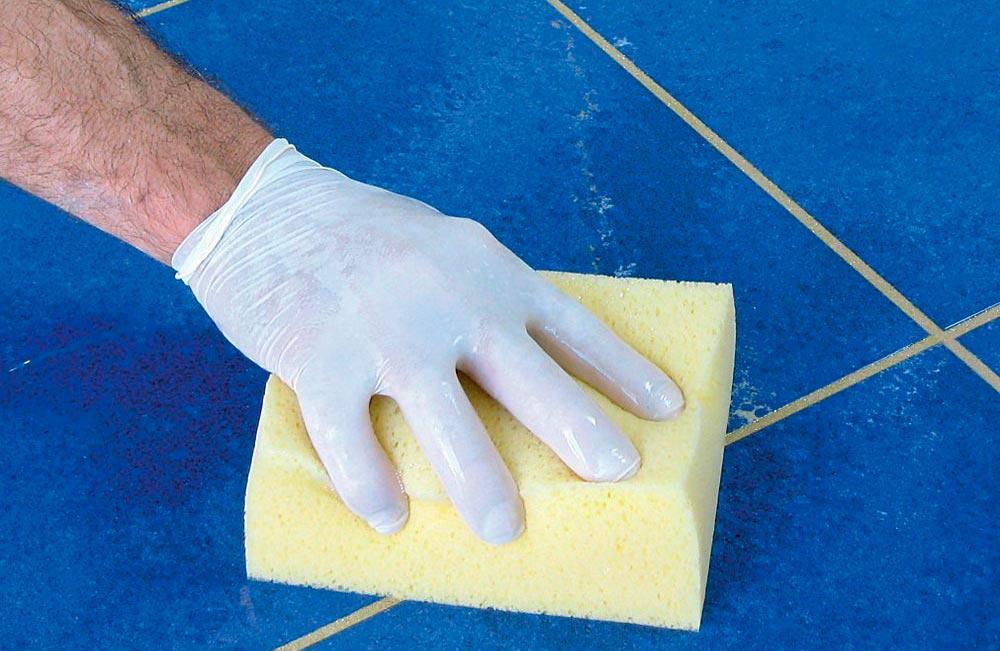 Финишная обработка напольной плитки на кухне