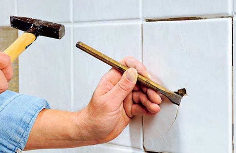 как монтировать отошедшую плитку в ванной