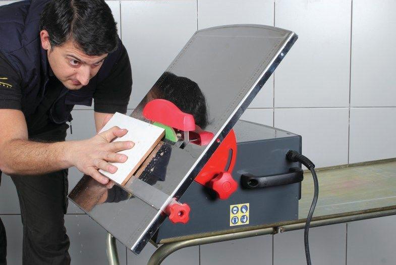 Как резать плиткорезом под углом: рекомендации