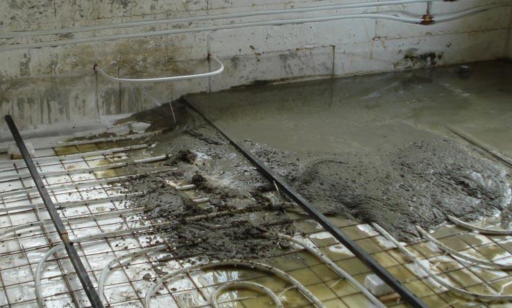 многослойная стяжка на пол в ванной под плитку