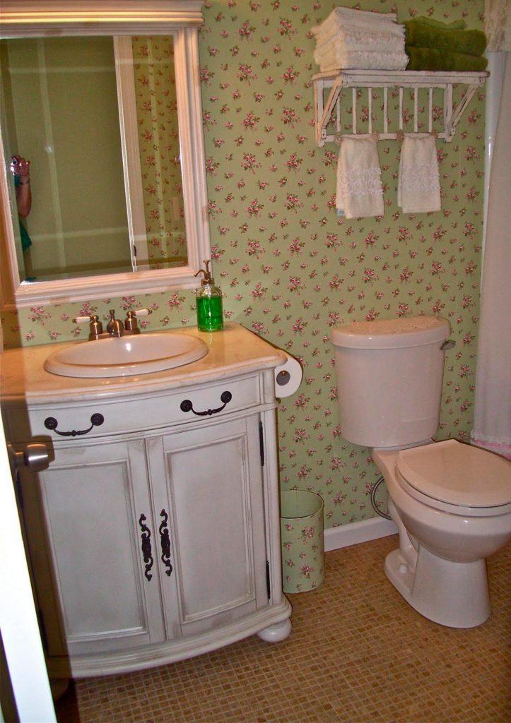 Отделка ванной в романтическом свете и использование элегантной мебели 3