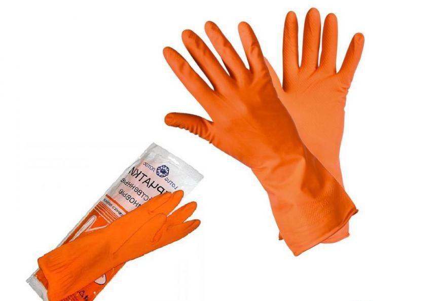 работать с химикатами необходимо в защитной одежде, перчатках и респираторе