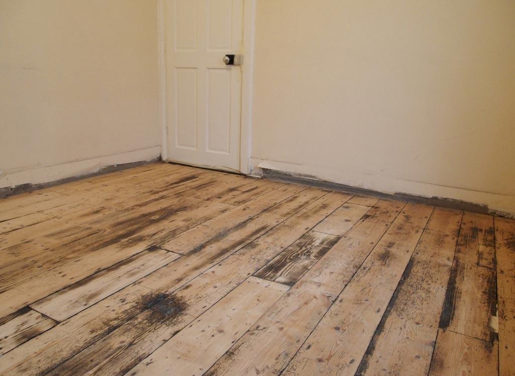 Проверка состояния деревянного пола перед укладкой плиткой