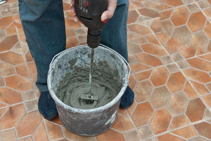 Размешивает эластичный клей под плитку