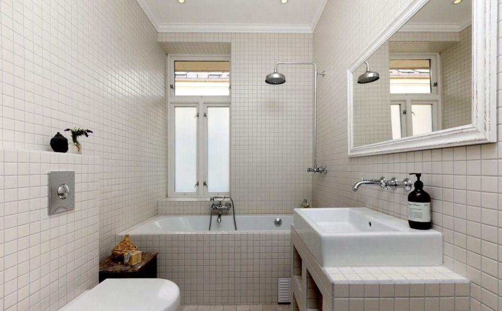 серая плитка яркий свет в ванной