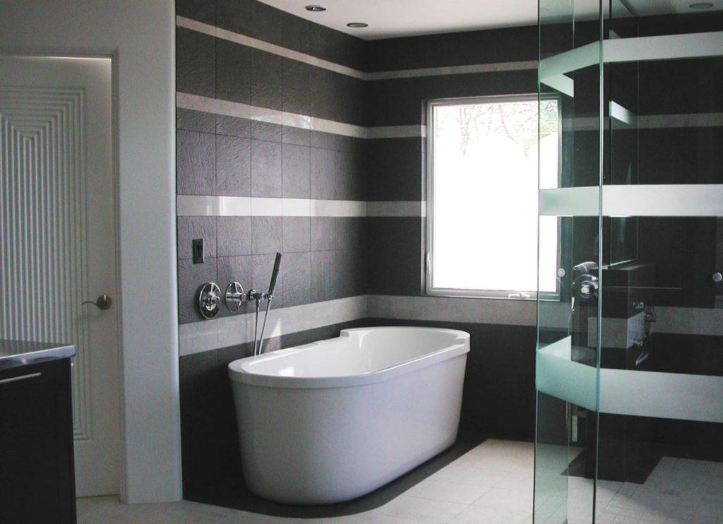сочетание серого с черным плитка ванна