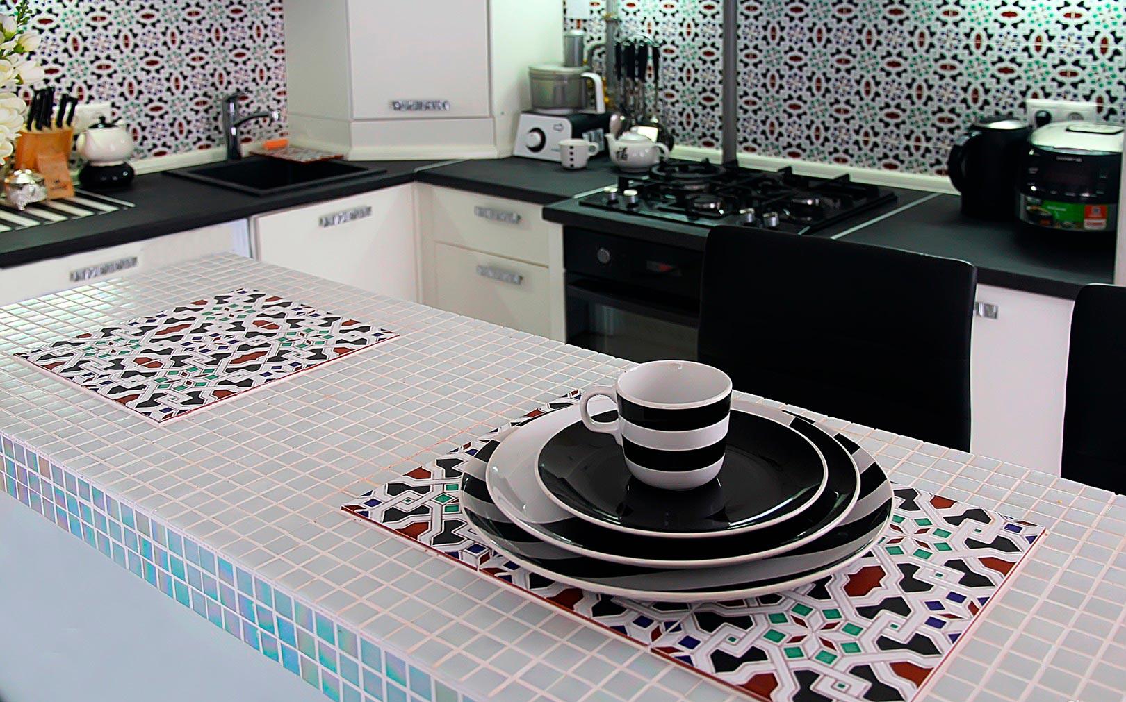 Столешница из плитки на кухню мозаика